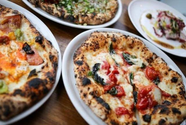 ピザ生地には国産小麦と天然酵母を使い、手ごねした後、時間をかけて発酵させる