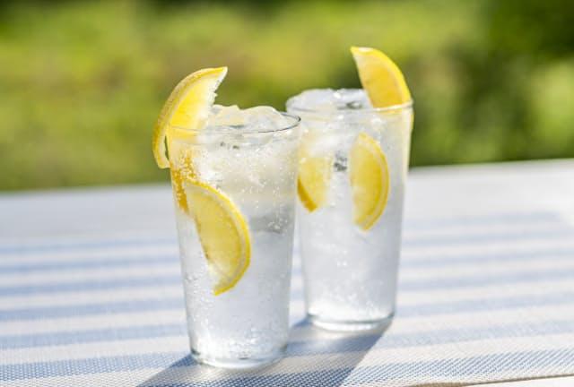 人気のレモン味のアルコール飲料に塩を加えて味わいの変化を楽しむのもいい