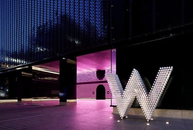 真っ黒な建物の前にクロムボールでできたWが光る「W大阪」のエントランス