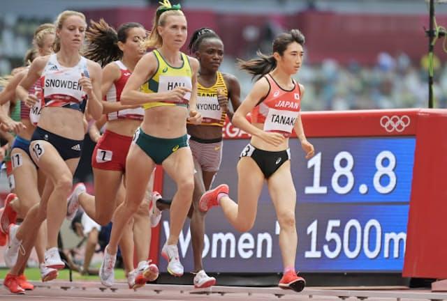 陸上女子1500メートルで力走する田中希実選手(右端)