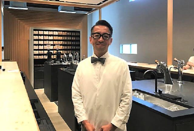 「KOFFEE MAMEYA -Kakeru-(コーヒーマメヤ カケル)」の経営者で自身もバリスタの國友栄一さん。海外では香港で4店、シンガポールとロンドンで1店ずつ運営している