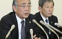記者会見する元死刑囚の弁護団(09年10月、福岡市中央区)