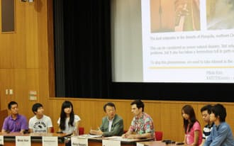 東工大で講師を務めるハーラン氏(右から4人目)も進行役に加わり、アジアの学生らが議論した(7月、東工大)