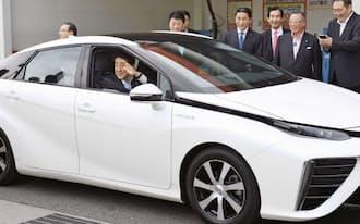 CO2を一切出さない燃料電池車に試乗する安倍首相(7月、北九州市)