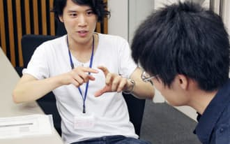 オープンキャンパスで高校生にFLYプログラムの体験を語る西川さん(左)(東京・本郷の東京大学)