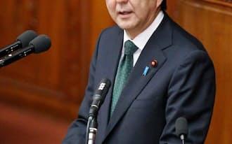 衆院本会議で答弁する安倍首相(30日)