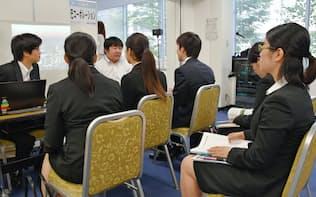 合同説明会を訪れる学生(18日、東京都千代田区)
