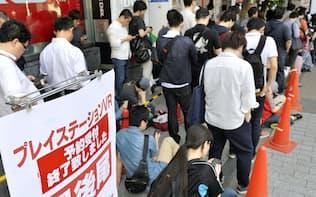「プレイステーションVR」の予約のため行列を作る人たち(18日午前、東京・秋葉原)