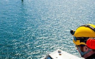 シーメンスの洋上風力発電設備を遠隔で点検する作業員=同社提供
