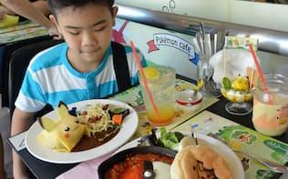 ポケモンカフェでは、ピカチュウなどをモチーフにした料理を提供する(シンガポール中心部)