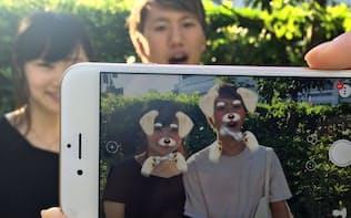 アプリ「スノー」ではカメラでとらえた顔の位置を特定し犬の耳や鼻を重ねられる