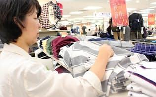 価格だけでなく素材や製造国も入念に調べる(静岡市のイトーヨーカドー静岡店)