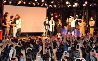 舞台上で声援に応えるユーチューバーたち(広島市)
