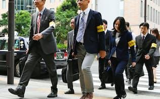 立ち入り調査のため、電通に入る東京労働局の労働基準監督官(14日、東京都港区)