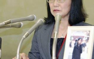 高橋まつりさんの労災認定について記者会見する母親(7日、東京・霞が関)