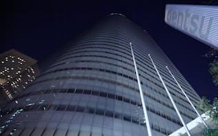 午後10時すぎに消灯した電通の本社ビル(24日、東京都港区)