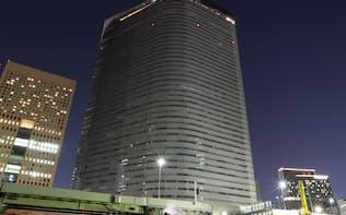 午後10時で全館消灯した電通本社ビル(10月24日)