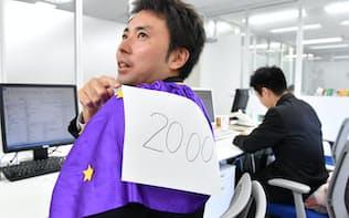 セントワークスは残業する社員が退社時間を示すマントを羽織る(東京都中央区)