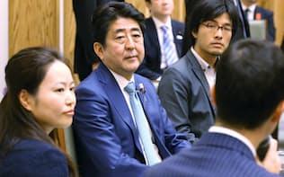 首相は過労死の防止を力説した(10月、働き方改革の意見交換会)