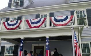 ケネディの生家は故人をしのぶ観光客でにぎわった(29日、米マサチューセッツ州)