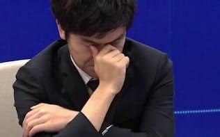 負けを覚悟した柯潔九段は対局中に涙をぬぐった(5月、中国・烏鎮)=グーグル提供