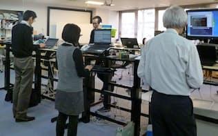 健康維持のため、立ちながら事務作業する職場も(フジクラ本社)
