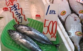 ヒラメ(右)の4分の1の価格で売られる小型マグロ(神奈川県内の鮮魚店)