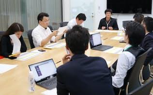 セキュリティー対策を話し合うDMMビットコインの田口社長(奥左から4人目)ら(東京都中央区)