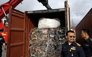コンテナの中に隠された電子機器の廃棄物を押収するタイの税関当局者ら(5月、タイ東部)=ロイター
