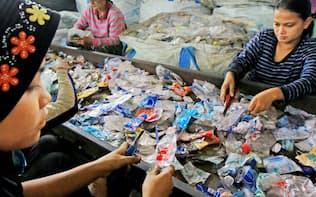 リサイクルセンターに集められたプラスチックのごみ(7月、バンコク近郊)=小高顕撮影