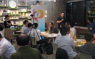 ゲーム開発者、三宅氏(奥)が主催する「哲学塾」(17日、東京都渋谷区)