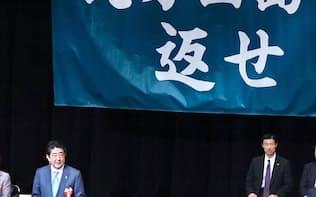 北方領土返還要求全国大会であいさつする安倍首相(2月、東京都千代田区)