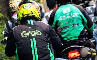 グラブ(手前)とゴジェックのバイク運転手(ジャカルタ)=小高顕撮影