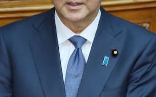 参院本会議で答弁する安倍首相(29日)