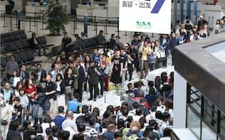 大型連休で海外に向かう人たちで混み合う成田空港の出発ロビー(昨年4月)