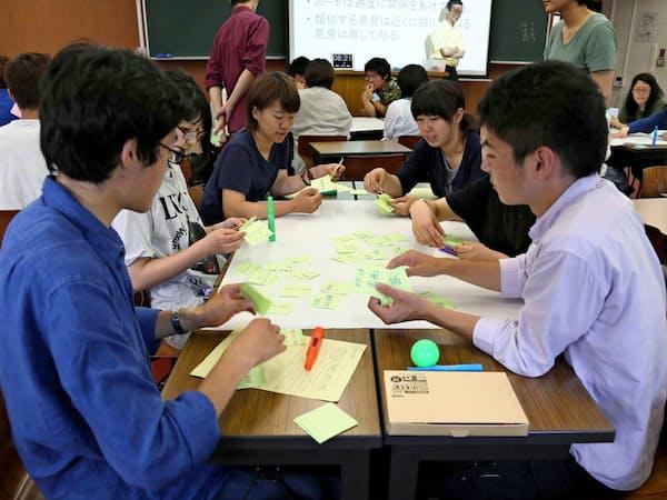 授業は少人数でのディベートなどを重視する(金沢市)