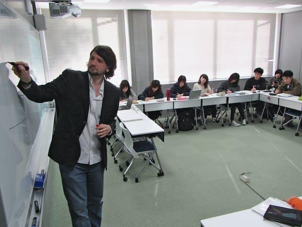 英語ネーティブの助教が英語で経済学を講義する(東京都練馬区の武蔵大学)