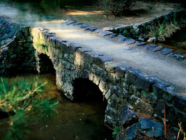大麻比古神社の境内に残るめがね橋。精巧なつくりにドイツ人気質が宿る=小園雅之撮影