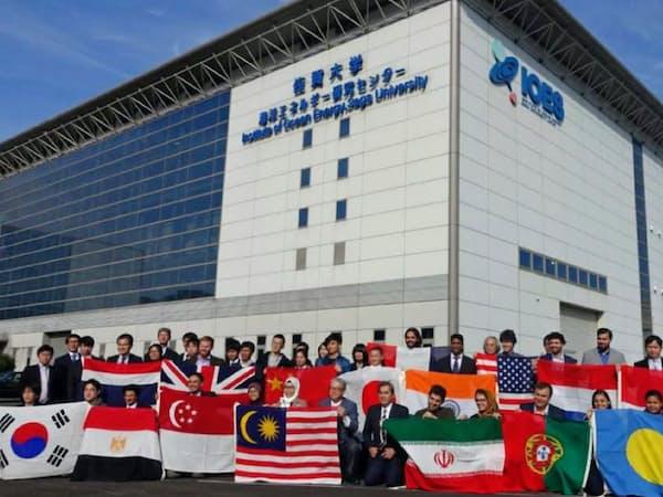 世界各国の若手研究者が留学生として参加する(海洋エネルギー研究センター伊万里サテライト)=佐賀大提供