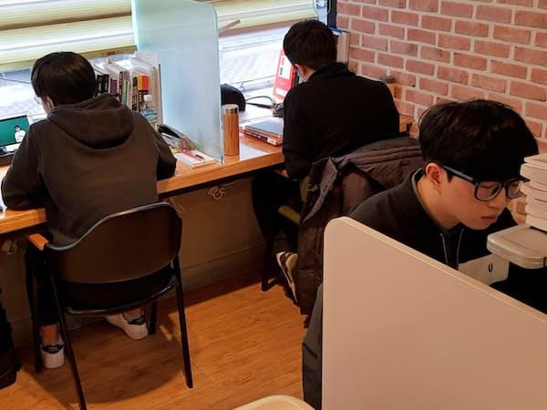 名門大合格をめざし勉強する学生                                                   (ソウル・大峙洞の学習塾)