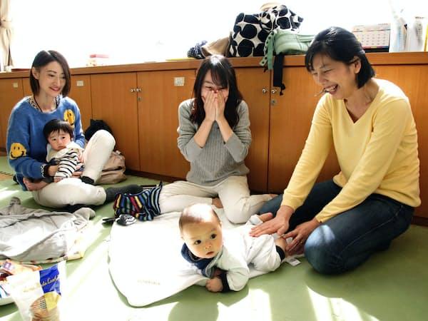 初めて寝返りをした生後5カ月の子をあやす棒田明子さん(右)(横浜市の樽町地域ケアプラザ)