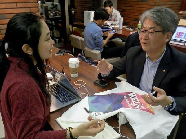 ヤマハ発動機の白石さん(右)は難民の社会参加を促すNPO法人の活動に参加(東京都渋谷区)