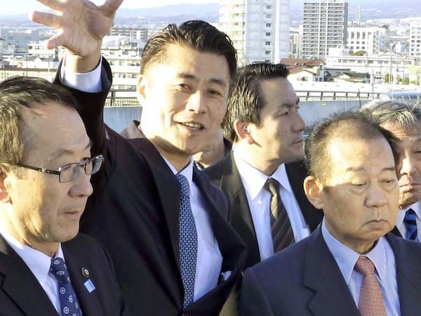 細野氏(中)の地元を訪れた二階幹事長(右)(9日、静岡県富士市)