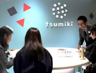 tsumiki証券の接客スペースには女性が多い(東京・千代田)