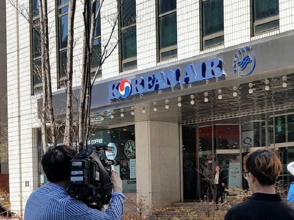 趙亮鎬会長の死去で、ソウルの大韓航空には報道陣が詰めかけた(8日)