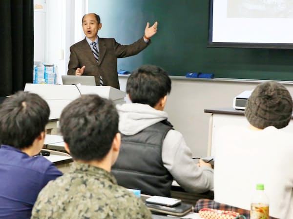 海外の大学教授による演習を受ける大学院生(3月下旬、名古屋市昭和区)