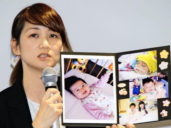 保育中の事故がきっかけで亡くなった娘の写真を手に安全対策の見直しを求める藤井さん(3月23日)