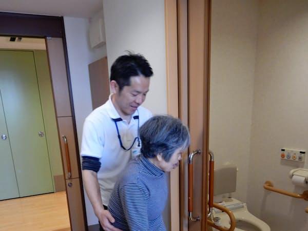 職員が付き添い、トイレに行けるよう誘導する(東京都渋谷区の特別養護老人ホーム正吉苑)