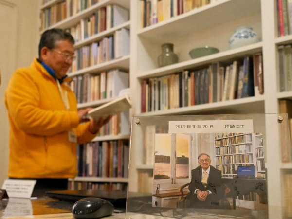 書斎を再現した復元展示室。手前の写真のように椅子に座って記念撮影ができる