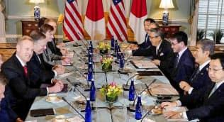 日米2プラス2に出席した(左手前から)シャナハン米国防長官代行、ポンペオ米国務長官と(右手前2人目から)岩屋防衛相、河野外相(19日)=ロイター